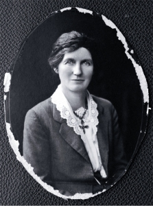 Elizabeth Reid McCombs, née Henderson (1873-1935) [between 1919 and 1925] Mrs McCombs became New Zealand's first woman MP, for the Lyttelton electorate in 1933.
