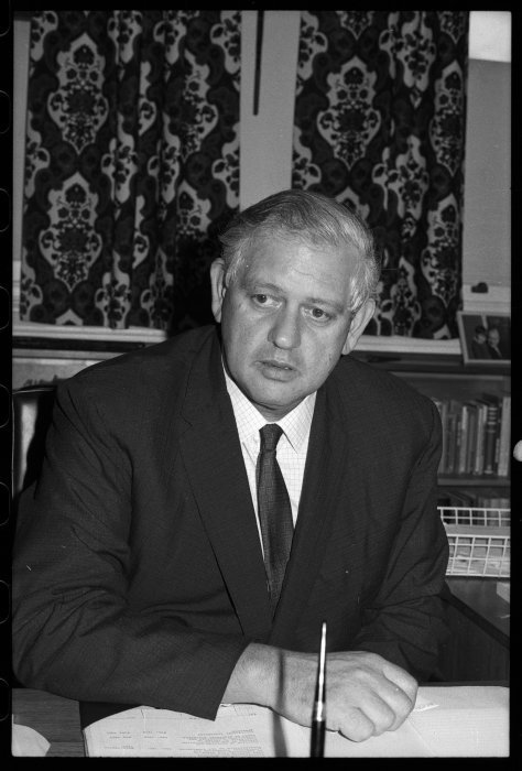 Prime Minister Norman Kirk. Macfarlane, Ian : Negatives of Graham Bagnall and Norman Kirk. Ref: 35mm-00277-b-F. Alexander Turnbull Library, Wellington, New Zealand. /records/22910147